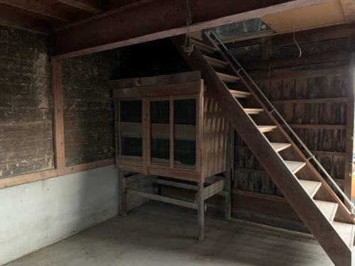 倉庫2Fへの階段
