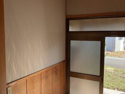 玄関は華やかなデザインの壁紙にしています。(玄関)