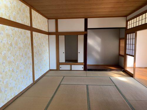 お客様を通す和室は華やかな花柄の壁紙で素敵な空間を演出(居間)